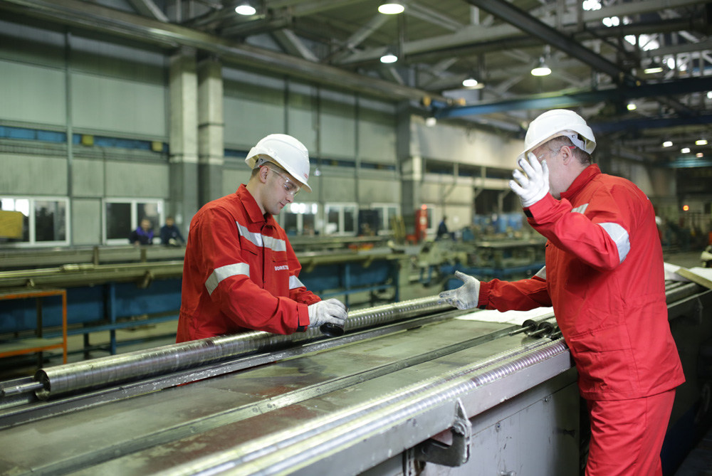 Borets team members assembling a pump in the LeMaz plant.